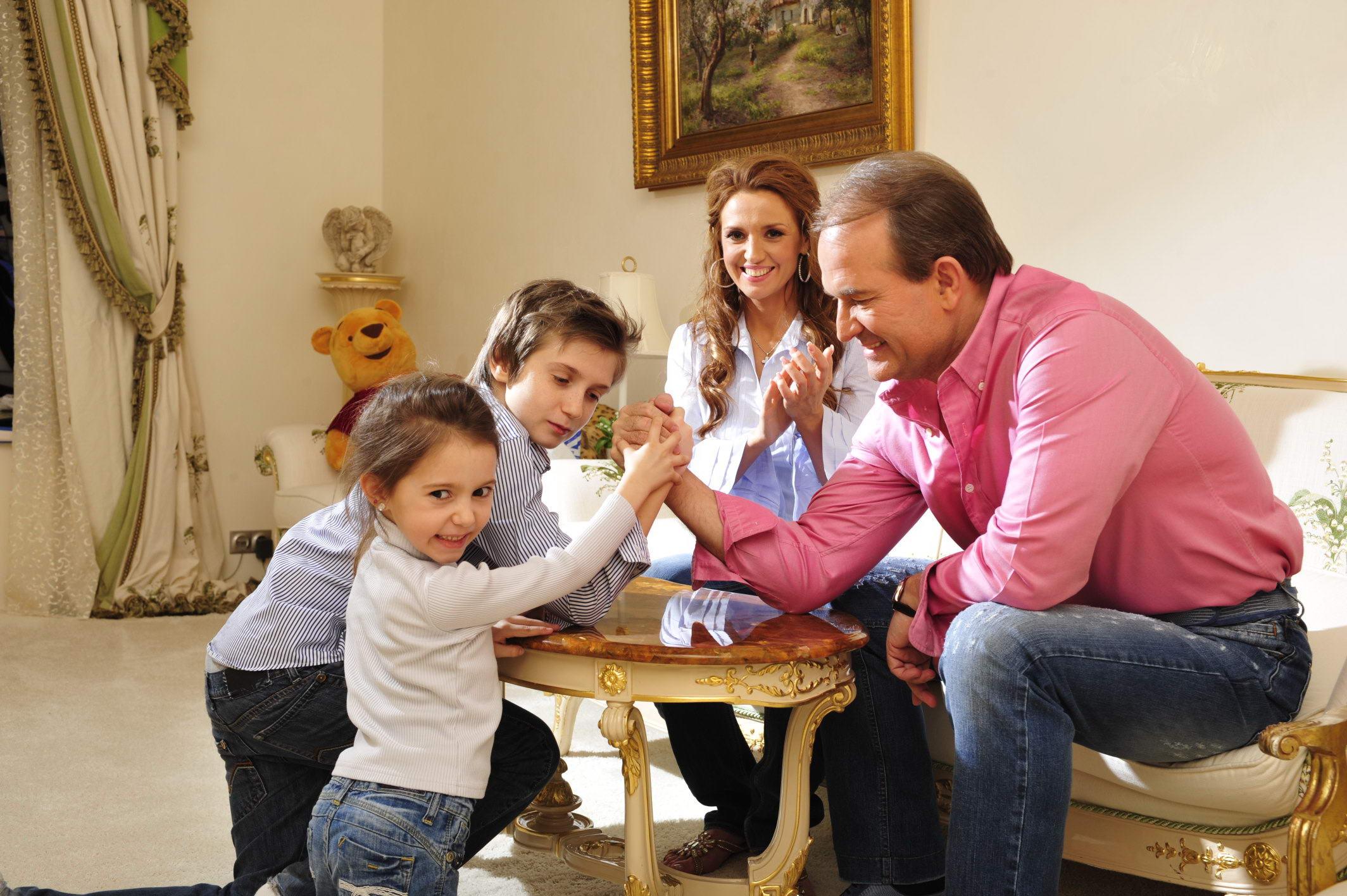 Юрий стоянов и его жены и дети фото