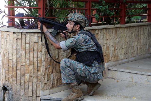 Военным разрешили стрелять на поражение по людям с оружием